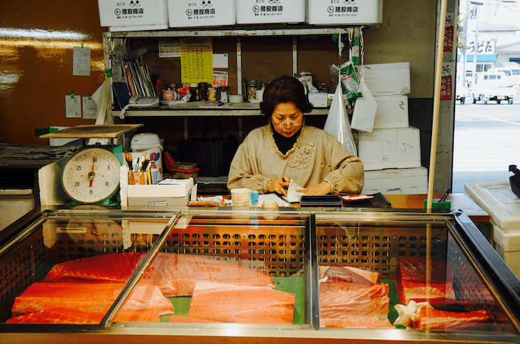 Lade at a counter